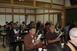 小食(朝食)前に、参加者一同で「五観の偈」を唱える